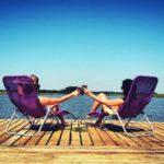 chillout na mazurach - dwie dziewczyny relaksujące się na pomoście